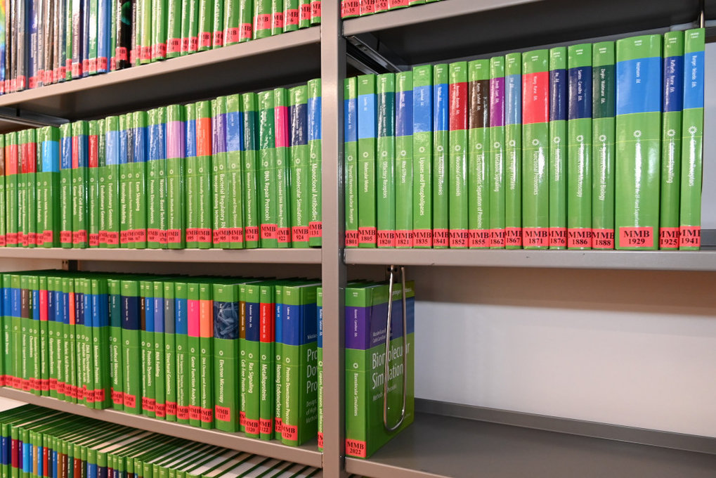 Printed books and journals of the Max Planck Institute of Biophysics and the Max Planck Institute of Brain Research are retrievable in our online catalogue.